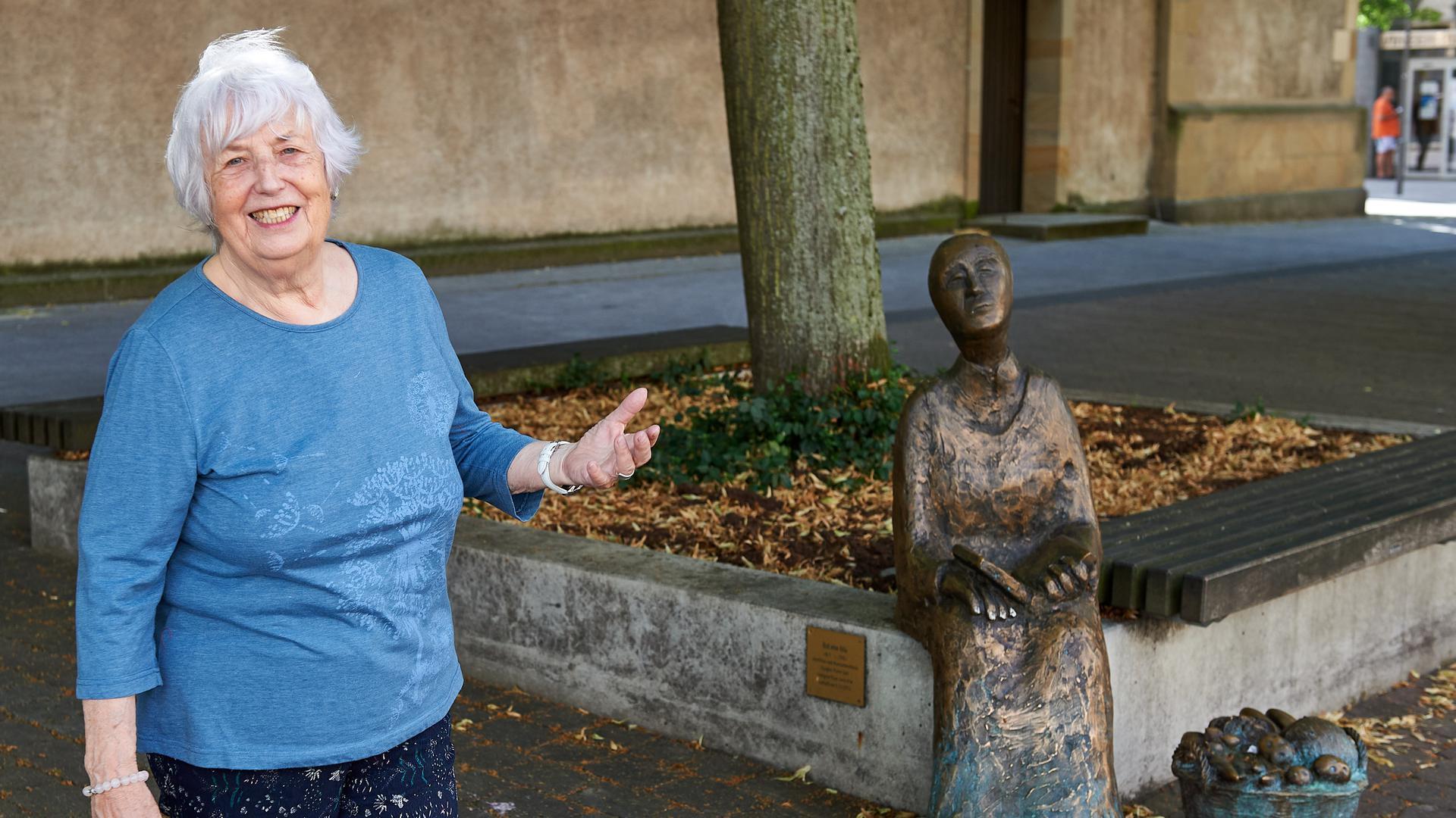 Rosemarie Ihle neben der Skulptur von Babett Ihle an der Stadtkirche Bruchsal auf dem Babett-Ihle-Platz