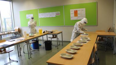 Vom Klassenzimmer zum Schnelltestraum: Medizinstudentinnen testen die Oberstufenschüler des Heisenberg-Gymnasiums Bruchsal.