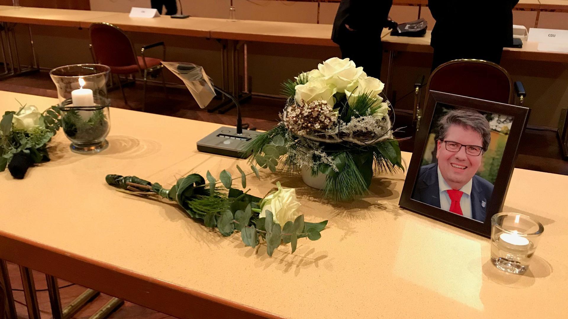 Sein Platz bleibt leer: Der Bruchsaler Gemeinderat trauert um Jens Skibbe. Bei der Sitzung am Dienstag zeigten sich viele in tiefer Trauer.