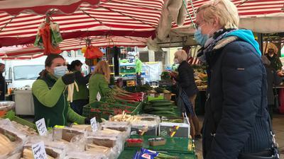 Junge Frau am Spargelstand auf dem Bruchsaler Markt