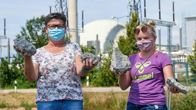 """""""Steinreich"""" sind Hanna Roth und ihre Enkelin Lena: Sie haben sich die Erinnerungsstücke der Philippsburger Kühltürme gesichert"""