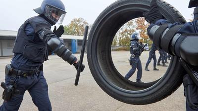 Reifen statt Störer: Hier üben Bruchsaler Bereitschaftspolizisten den Umgang mit dem neuen Einsatzmehrzweckstock. Er soll die Beamten im Einsatz besser schützen. Fällt der Stock bei der Übung zu Boden, müssen alle Liegestützen machen.