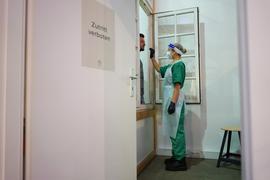 Ohne Abstrich geht nichts: Wer als Besucher oder Handwerker in ein Pflegeheim will, braucht ein negatives Ergebnis. Die Einrichtungen fordern externe Helfer, die die Tests vornehmen.