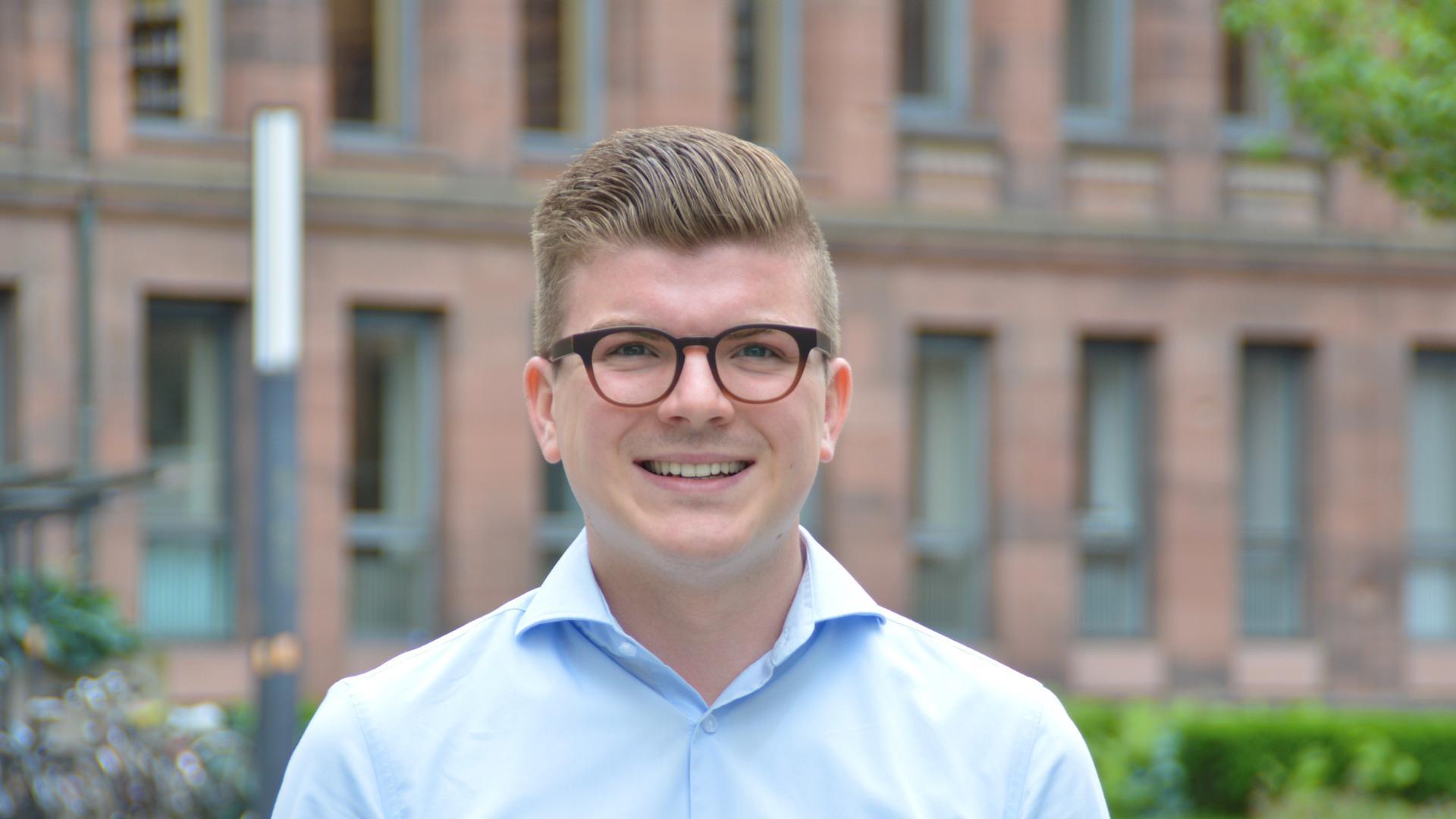 junge Mann mit Brille