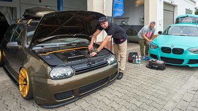 Schrauber aus Leidenschaft: Marcel Drexler (33, links) aus Karlsdorf und sein bester Freund Manuel Maylinger (36) aus Hambrücken investieren viel Zeit in ihre Autos. Sie wehren sich dagegen, als Poser von der Polizei ins Visier genommen zu werden.