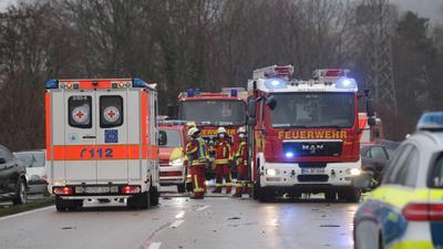 Großeinsatz auf der B35 bei Bruchsal, nachdem zwei Autos durch einen Unfall in den Straßengraben geschleudert wurden.