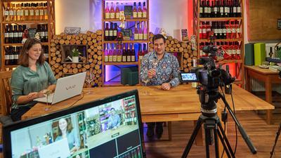 Virtuelle Weinverkostung: Während Nadine und Dominik Zorn in Neuenbürg vor der Kamera sitzen, trinken mehrere Hundert Menschen im ganzen Land mit.