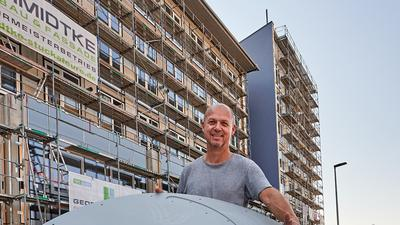 Bauherr Matthias Holoch wird demnächst auf seinem neuen Studentenwohnheim in der Bruchsaler Bahnstadt vertikale Windräder installieren. Der erzeugte Strom soll direkt von den Bewohnern verbraucht oder in einer Batterie gespeichert werden.