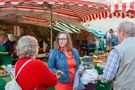 Alexandra Nohl, SPD-Landtagskandidatin auf dem Bruchsaler Wochenmarkt