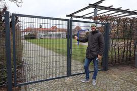 Eines Tages war einfach zu: Mit seiner Tochter spielte Clemens H. gerne auf der Wiese (im Hintergrund). Doch die Stadt ließ wegen Vandalismus und Beschädigungen den Zugang zu Wiese und Schulhof mit einem hohen Zaun absperren.