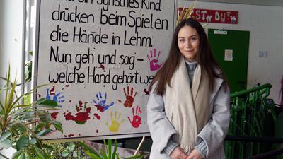 Junge Frau vor einem Plakat im AWO-Schülerhort in Philippsburg