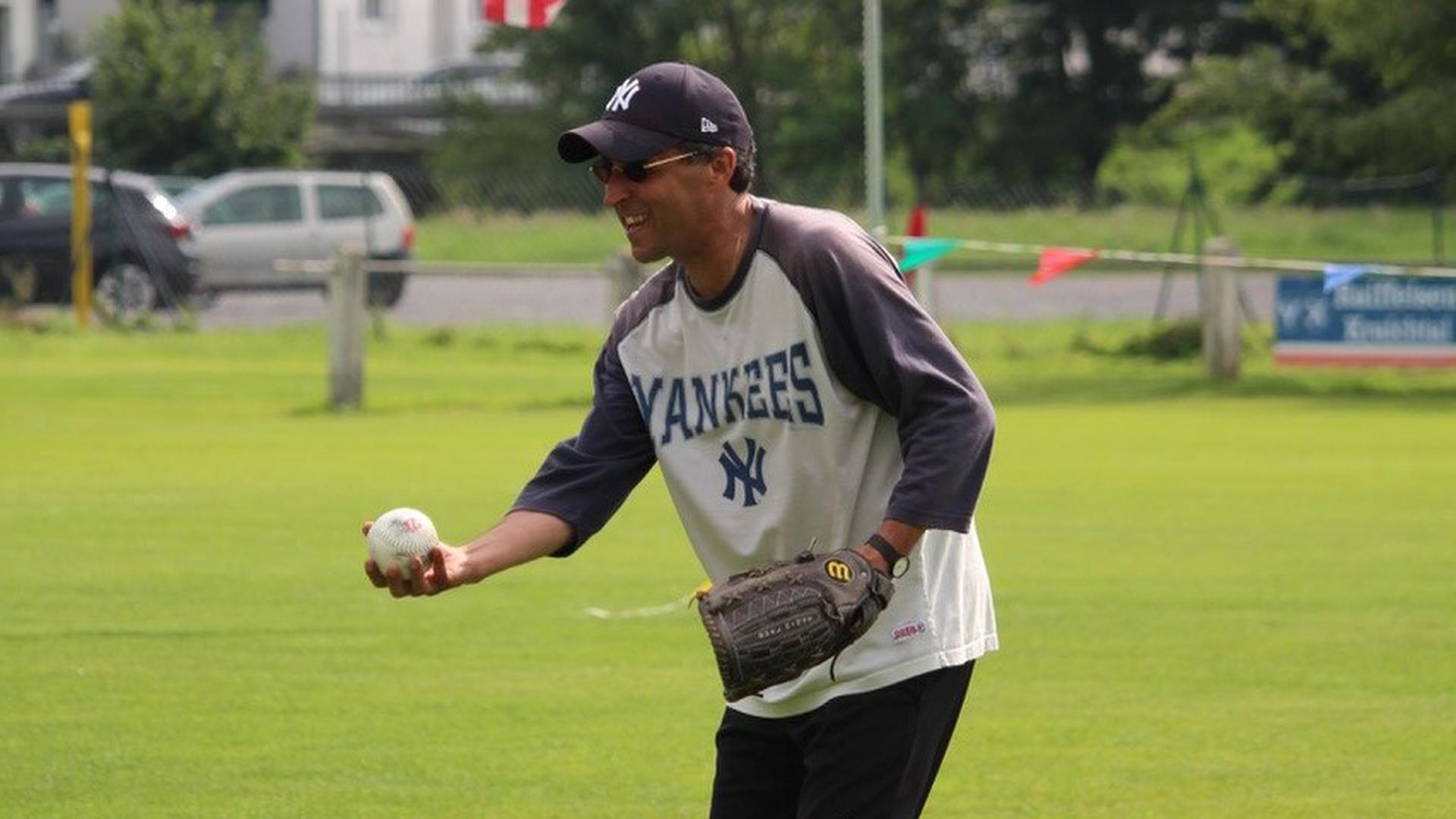 Bernard Zimmermann vor US-Flagge mit Baseball
