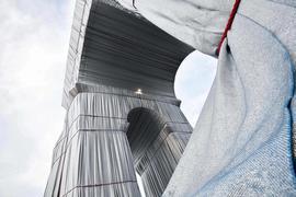 Der Arc de Triomphe (Triumphbogen) ist mit Stoff verhüllt. Das Projekt «L'Arc de Triomphe, Wrapped» der verstorbenen Künstler Christo und Jeanne-Claude wird vom 18. September bis zum 3. Oktober zu sehen sein. +++ dpa-Bildfunk +++