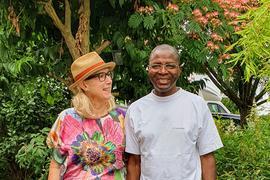 Erleichtert: Nach dem Abschiebestopp kann Andi Olalere Adegbite zusammen mit Claudia Bjerstedt von seiner Gastfamilie aus Bad Schönborn wieder lachen.