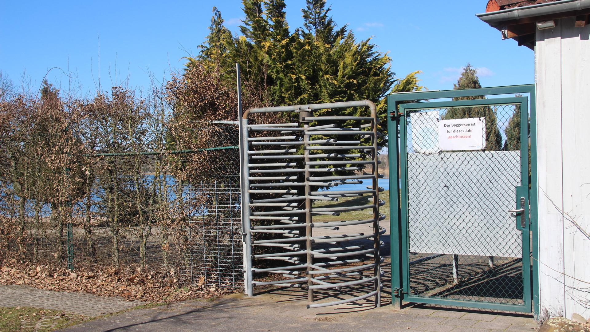 """Blick auf das noch geschlossene Tor der Freizeitanlage """"Äußeres Fischwasser"""" am Baggersee in Langenbrücken"""