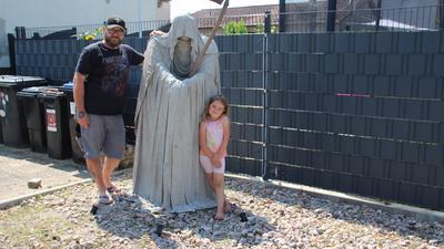 Rainer Romacker und sein Gartenwächter. Das vierjährige Töchterlein hat Papa bei der Gestaltung geholfen