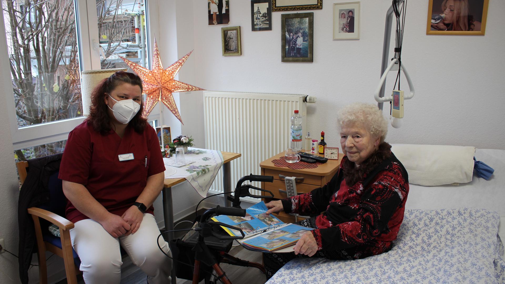 Corona-Alltag im Pflegeheim: Britta Mächtel, Pflegedienstleiterin im Quellenhof in Bad Schönborn mit der Bewohnerin Antonie Gertig (93).
