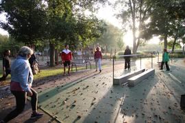 """Frühsport im Sole-Aktiv-Park die Teilnehmer der Aktiv-Woche starten mit Kursleiter Patrick Lewe (4.von rechts) """"Rücken-Fit in den Tag"""""""