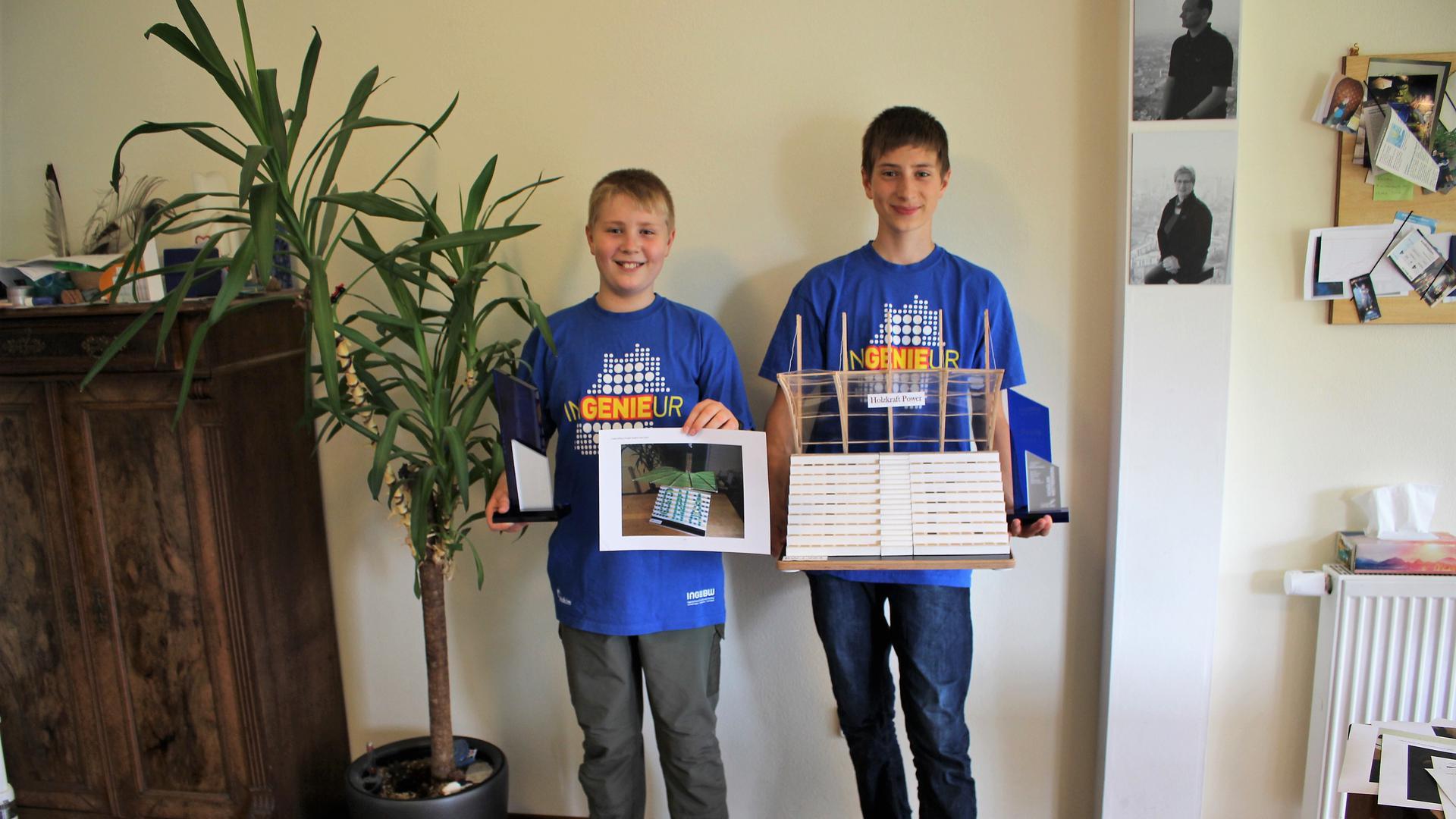 Tobias und Fabian Kilthau mit ihren preisgekrönten Modellen
