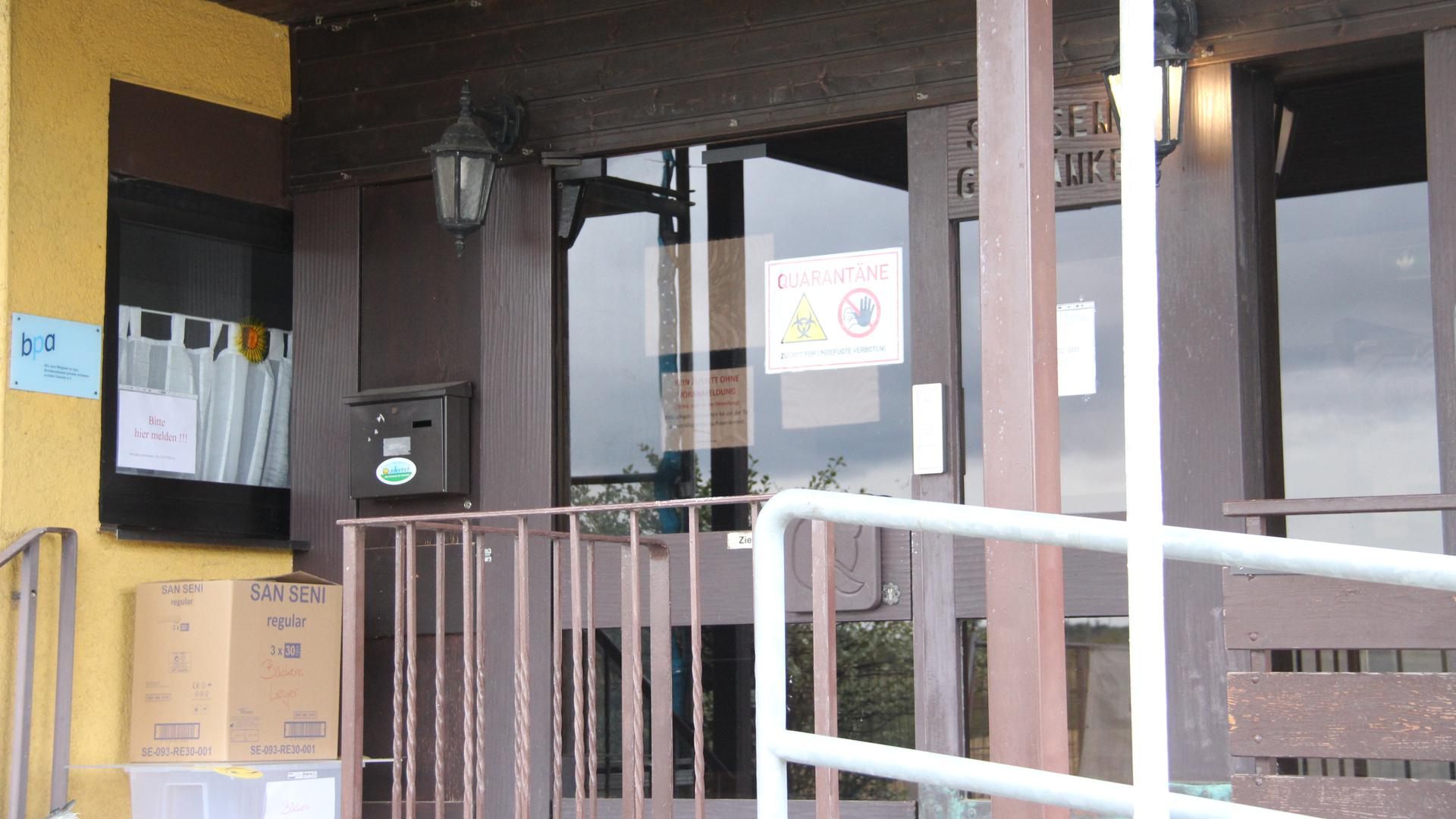 Eingang von Haus mit Schild Quarantäne