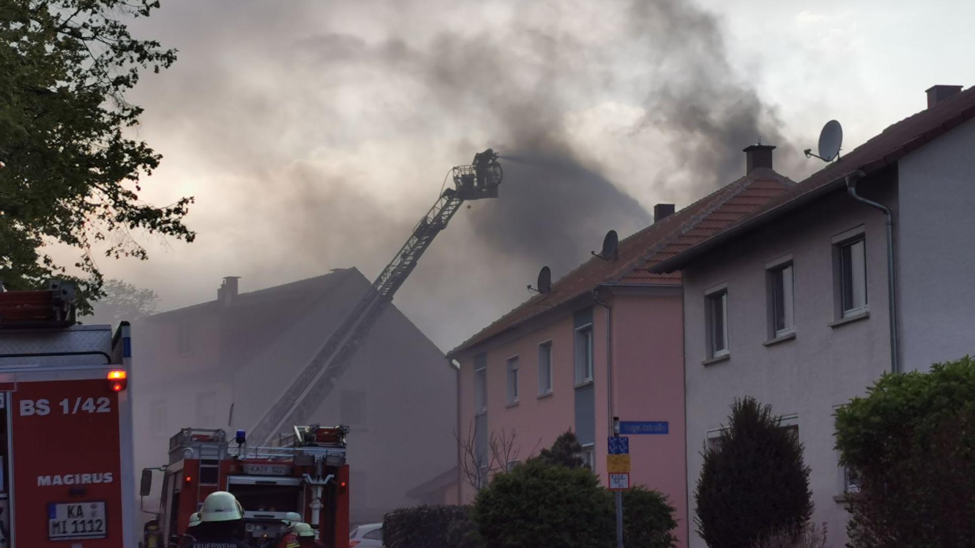 Stundenlanger Einsatz: Den Flammen ist ein Wohnhaus im Bad Schönborner Ortsteil Langenbrücken am Sonntag zum Opfer gefallen.