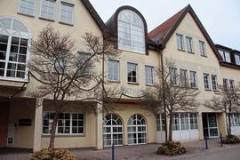 Ein Gebäude von der Straße aus fotografiert, in der Mitte steht groß das Wort Rathaus auf der Fassade.