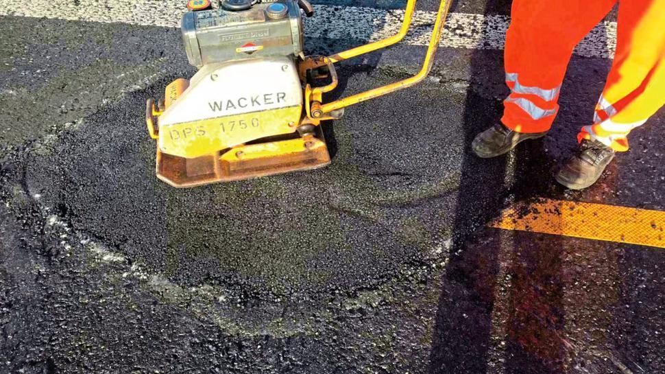 Bauarbeiter beheben den Schaden am Asphalt der A5 zwischen dem Autobahnkreuz Walldorf und der Anschlussstelle Bruchsal.