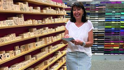 Ilona Butterer hier vor dem selbstentwickelten Stempelsortiment in ihrem Creativ Markt, der nun nur noch an zwei Vormittagen in der Woche geöffnet hat