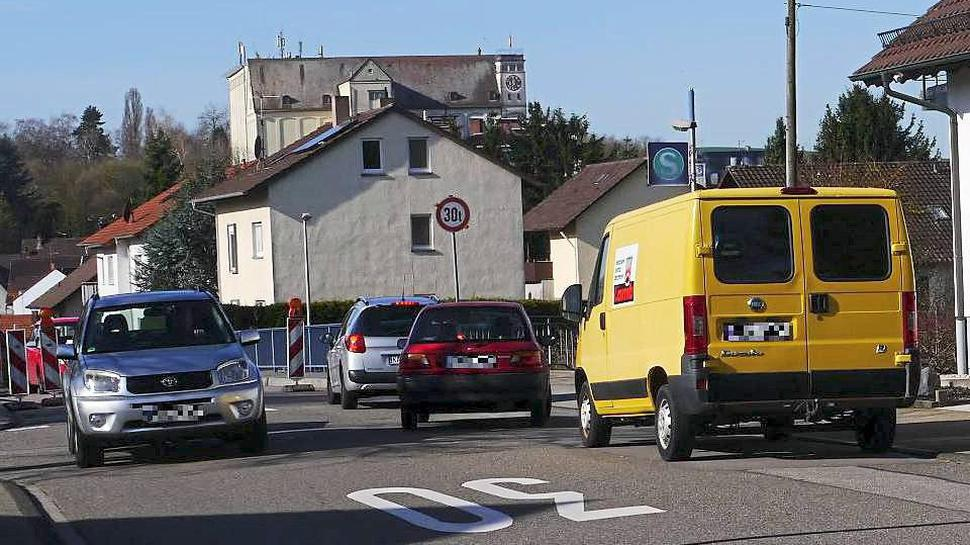 Nadelöhr: Die Brückenfahrbahn in der Heidelsheimer Altenbergstraße ist verengt. Autofahrer können sie deshalb nur einspurig befahren.