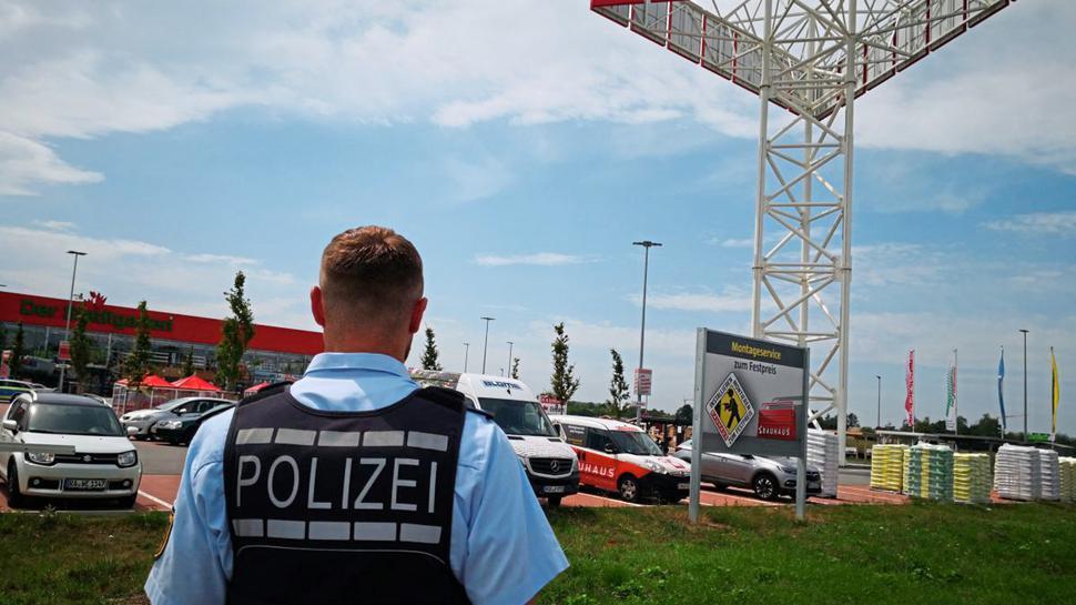 Die Polizei nahm an der Absturzstelle Ermittlungen auf.