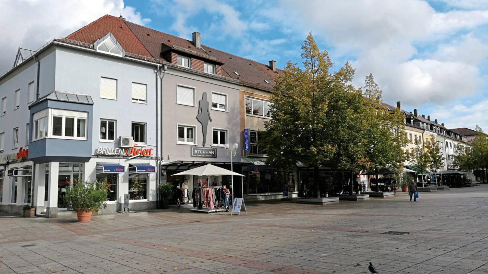 """Erdgeschoss mit Laden, zwei Stockwerke und ein Dach: Solche Häuser wie hier am Marktplatz sind Hartmut Ayrle zufolge typisch für die Architektur nach dem Zweiten Weltkrieg in Bruchsal. """"Wir haben eine Innenstadt wie aus einem Guss"""", sagt der Leiter des Stadtplanungsamts."""