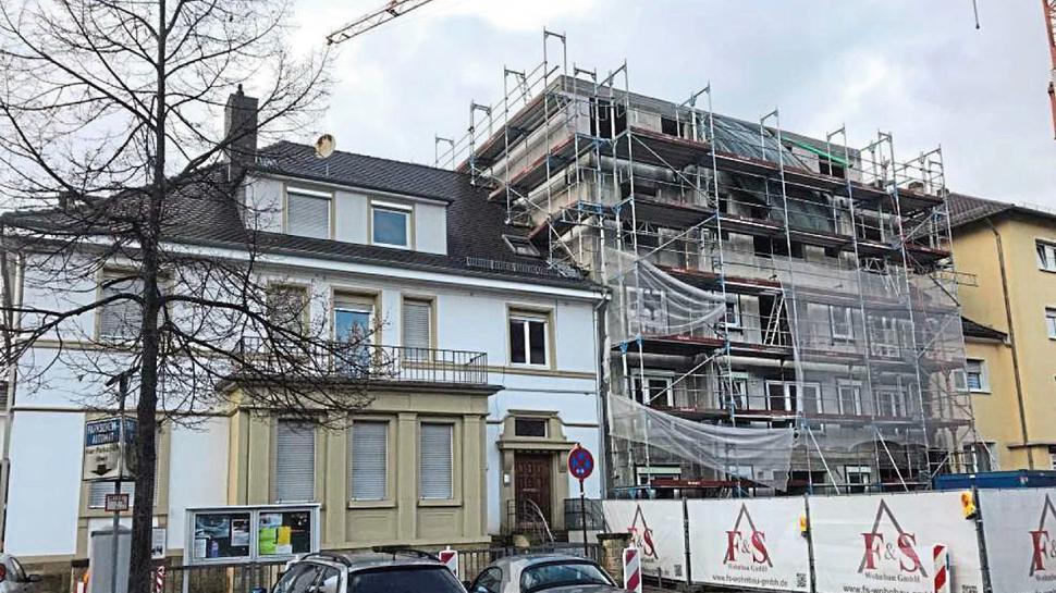 Umstrittenes Nebeneinander: Rechts vom Pfarrhaus der Lutherkirche in der Luisenstraße ersetzt ein Neubau die zweite Hälfte des einstigen Doppelhauses.