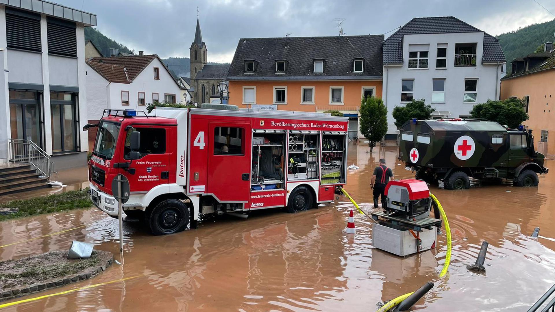 Bildtext: Ein Einsatzfahrzeug des Hochwasserzugs Karlsruhe Land im Einsatz in der Gemeinde Kordel/Rheinland-Pfalz. Das Bild zeigt das bei der Freiwilligen Feuerwehr Bretten stationierte Löschgruppenfahrzeug Katastrophenschutz. (Foto: Stefan Engelhardt)