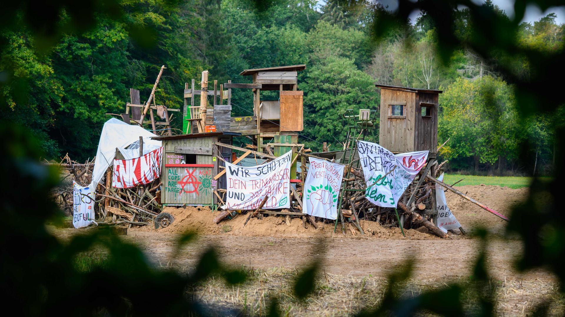 ARCHIV - 03.10.2020, Hessen, Dannenrod: A49 Ausbaugegner haben auf der Rudolfswiese eine Trutzburg, Askaban genannt, aus Hochsitzen und Gehölzen errichtet. Derzeit halten Aktivisten den Dannenröder Forst besetzt und demonstrieren damit gegen den geplanten Ausbau der A49 und für den Erhalt des Waldstücks, das dem geplanten Ausbau zum Opfer fallen würde.   (zu dpa «A49-Protest mit vielen Gesichtern») Foto: Andreas Arnold/dpa +++ dpa-Bildfunk +++   Verwendung weltweit