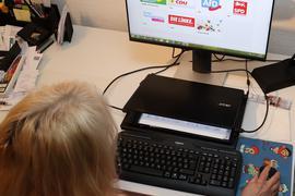 Frau vor Computer