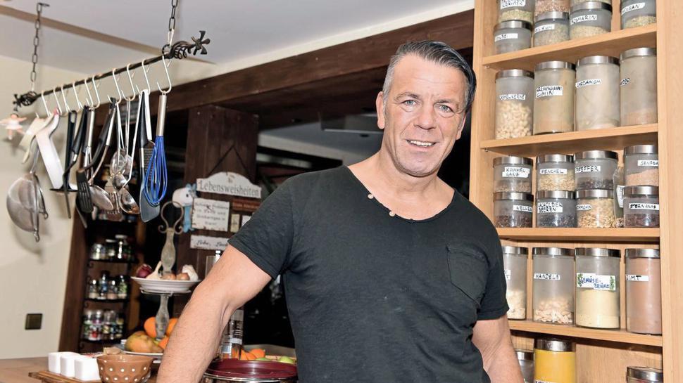 Detlef John, der dem Rammstein-Sänger Till Lindemann ähnlich sieht, in seiner Küche.