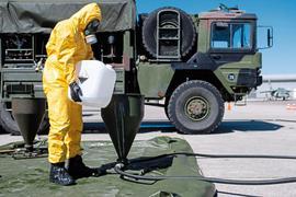 Tägliches Kanisterschleppen ist auf dem Gelände der Bundeswehr-Uni angesagt. Hier wird im Kampf gegen Corona Desinfektionsmittel produziert.