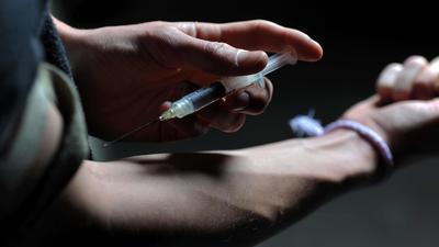 ARCHIV- ILLUSTRATION - Ein Mann setzt sich am 14.05.2011 in München (Bayern) eine Heroinspritze in den Arm. 2013 sind im Vergleich zum Vorjahr wieder mehr Menschen in Bayern an Drogen gestorben. Foto: Frank Leonhardt/dpa +++ dpa-Bildfunk +++