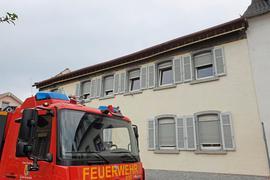 Ein Dachstuhl eines Wohnhauses stürzt bei Bauarbeiten komplett ein.
