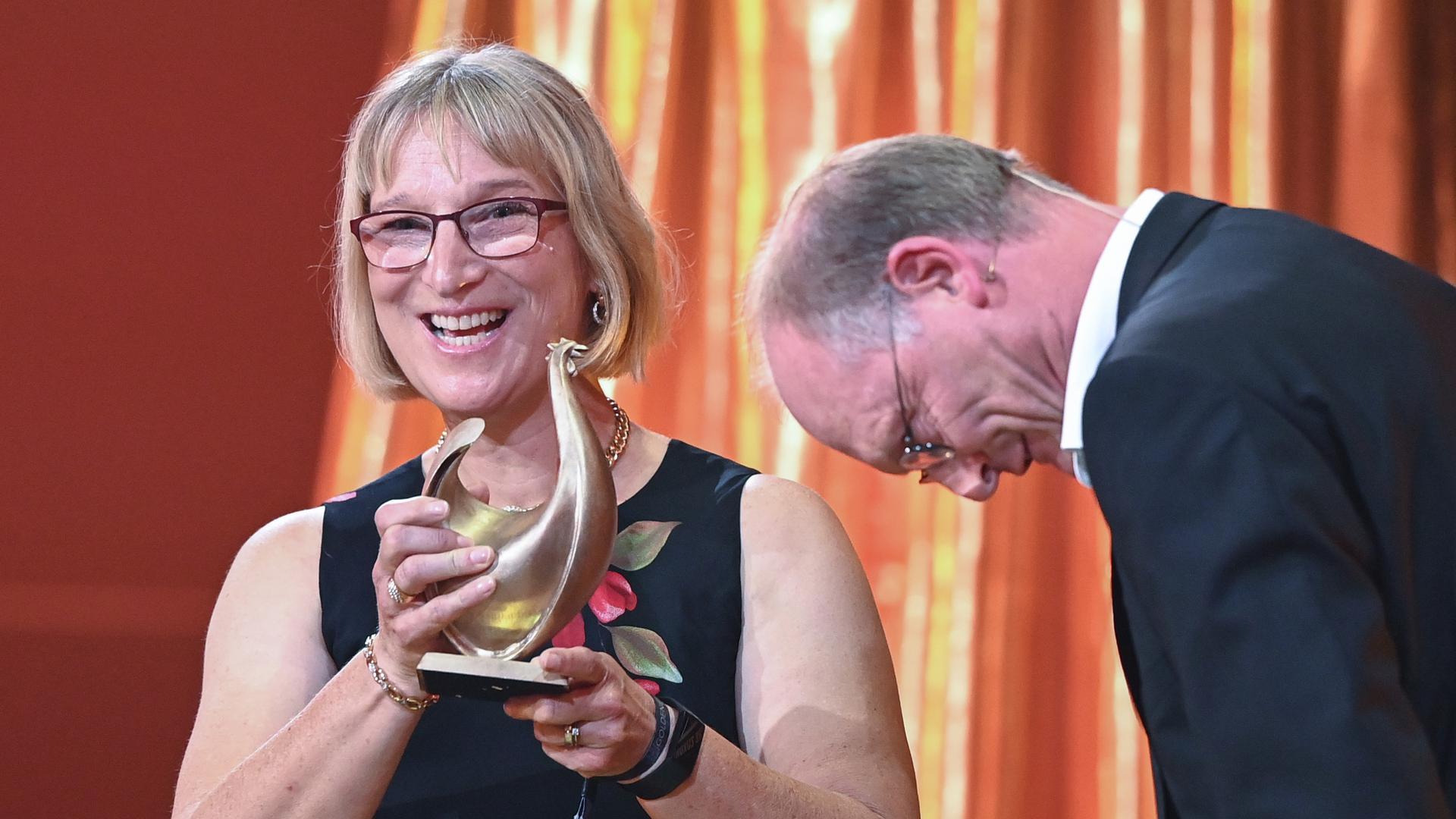 """Sybille Klenzendorf, Artzenschutzexpertin, wird während der Vrleihung des Medienpreises """"Goldene Henne"""" in der Kongresshalle Leipzig in der Kategorie """"Unsere Zukunft"""" ausgezeichnet."""