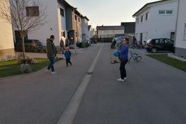 Spielstraße mit spielenden Kindern