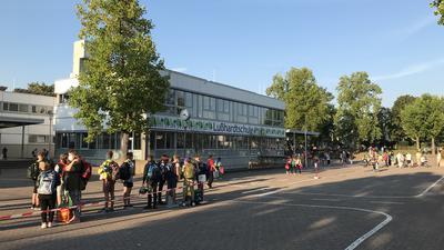 Schüler sammeln sich vor der Schule