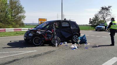 Trümmer an Unfallort von PKW und Motorrad.