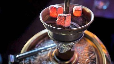 Glühende Kohle erhitzt den Tabak im Kopf einer Wasserpfeife, beim Verbrennen entsteht giftiges Kohlenmonoxid.