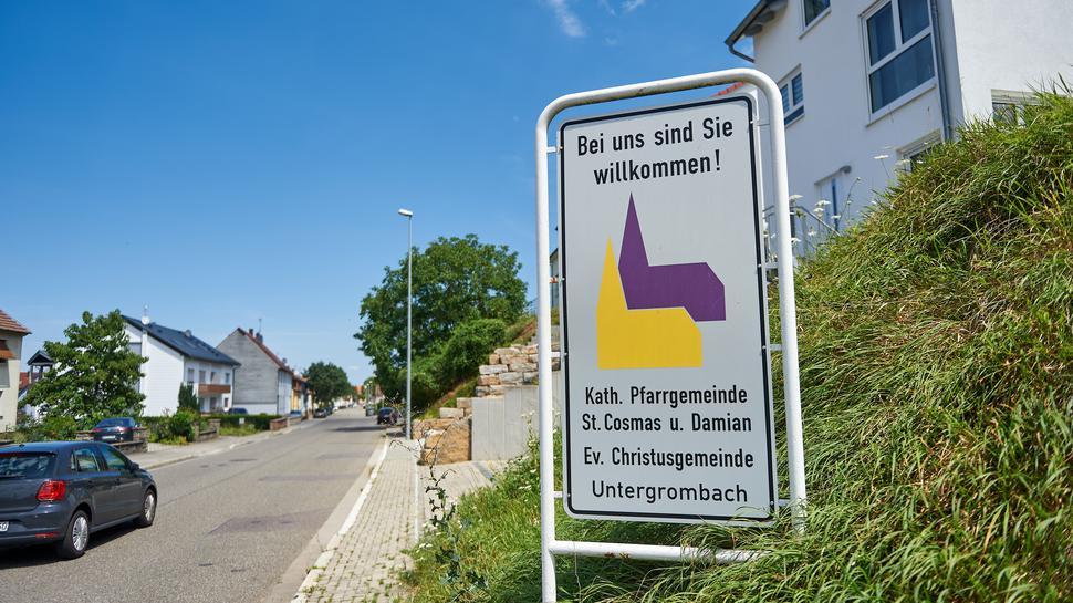 Ökumenische Zweisamkeit: In Untergrombach werben Protestanten und Katholiken gemeinsam auf einem Schild. Konkrete Uhrzeiten für Gottesdienste gibt es hier nicht mehr.
