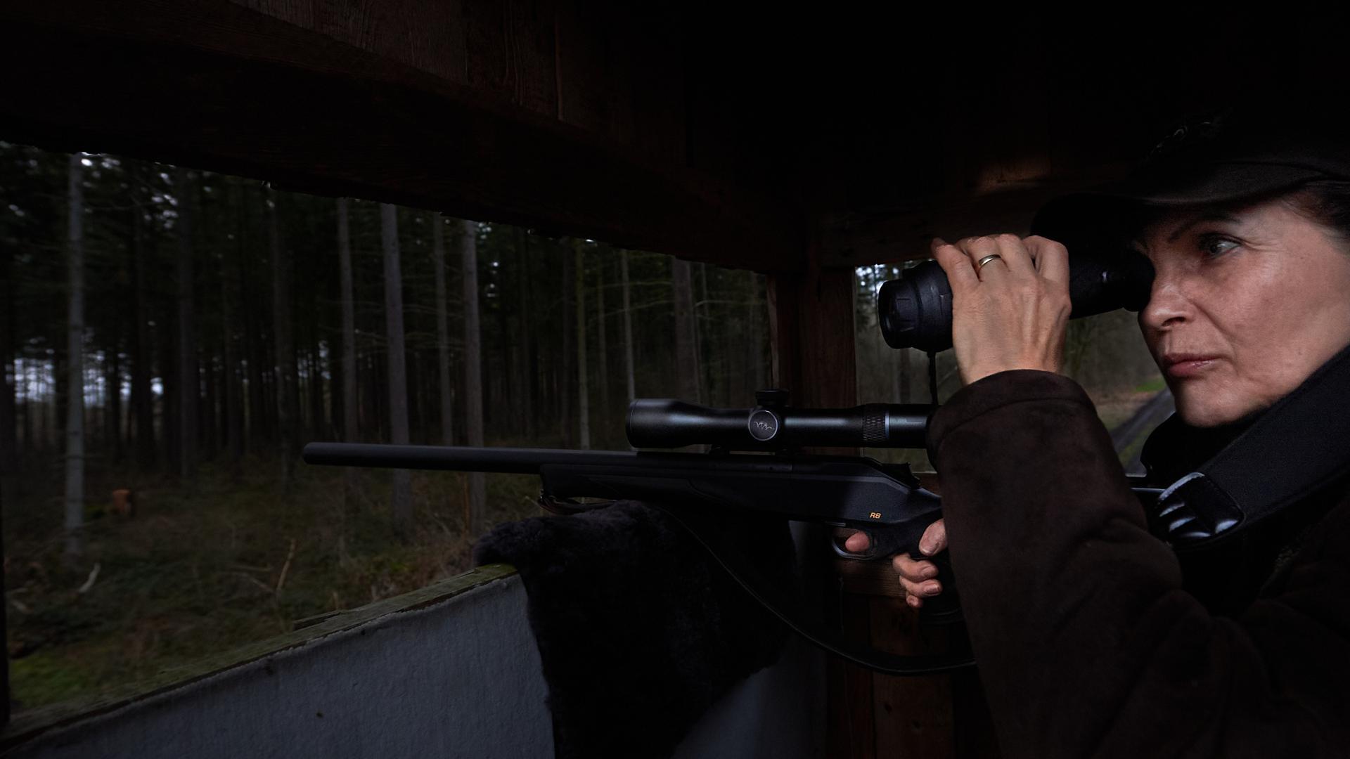 Der Ansitz ist eine der häufigsten Jagdarten: Susanne Krempel-Peterhans wartet auf dem Hochsitz darauf, dass Wild herankommt. Das kann auch mal Stunden dauern.