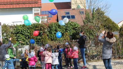 Viele Kinder und viele bunte Luftballons