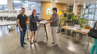 Thorsten Münch und Julia Dörr übergeben die gesammelten Unterschriften an Bruchsals Oberbürgermeisterin Cornelia Petzold-Schick.