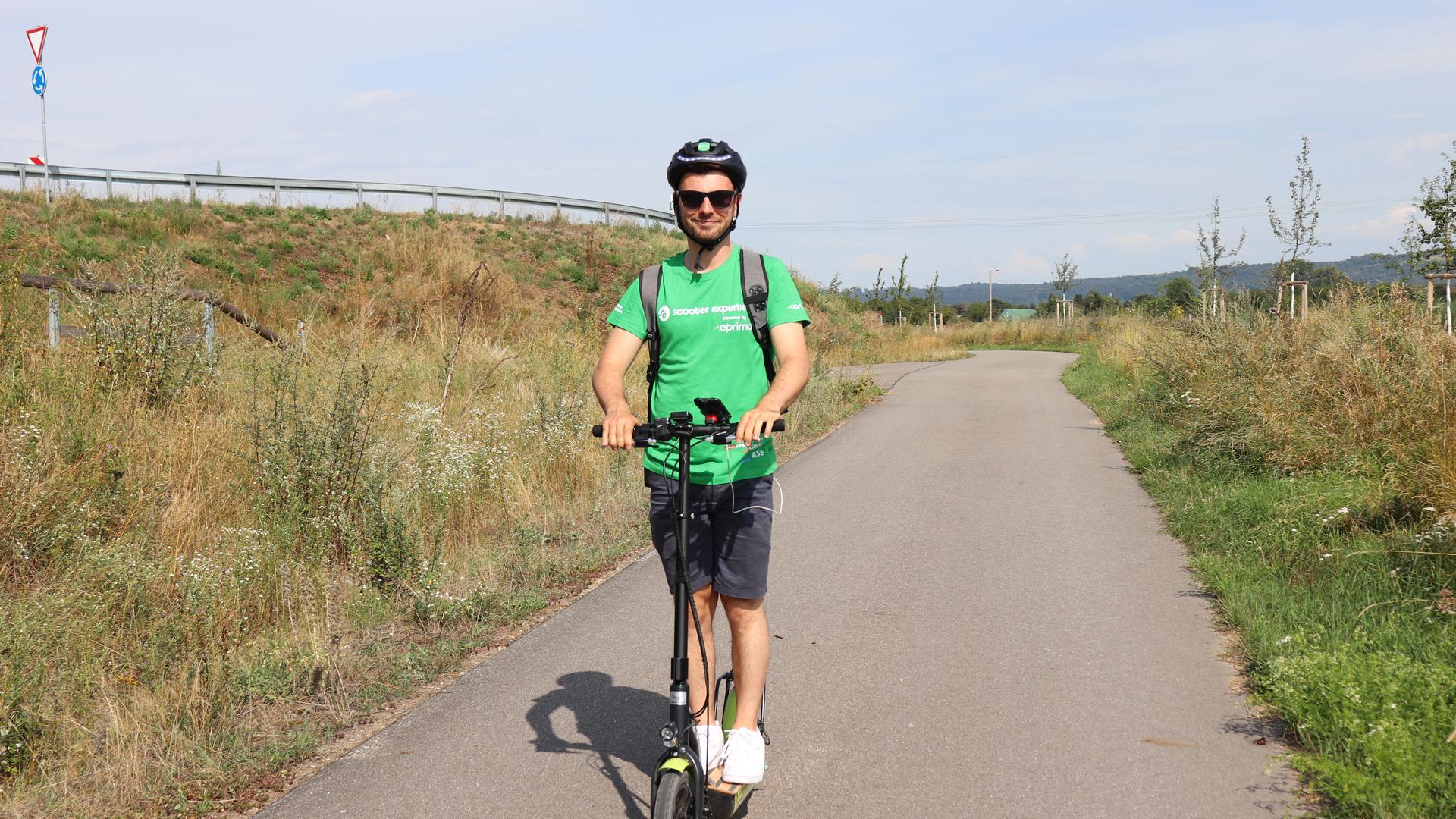Rollerfahren ohne Muskelkraft: Igor Smeljanski ist mit seinem E-Scooter auf Tour durch Deutschland. Dabei machte er auch Halt in Bruchsal. Kritik an dem Elektro-Tretroller komme davon, dass die Menschen zu wenig informiert seien, denkt er.