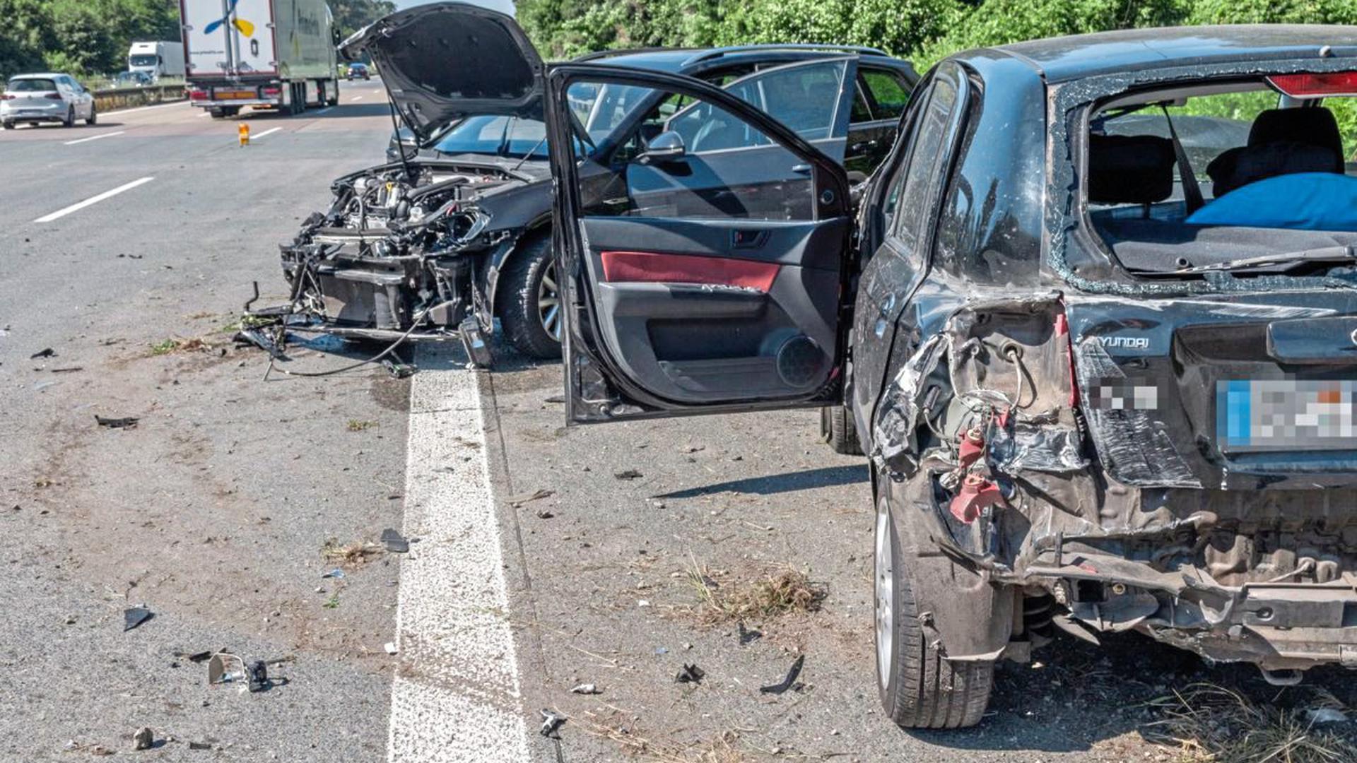 Bei einem Auffahrunfall zwischen zwei Fahrzeugen auf der A5 bei Bruchsal sind am Samstagvormittag drei Menschen leicht verletzt worden. Es entstand ein langer Rückstau, für den jedoch keine Gaffer verantwortlich waren.